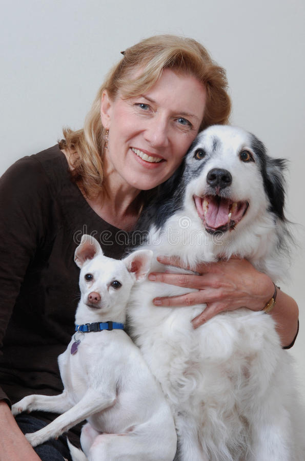 kvinna för hundar två royaltyfria bilder