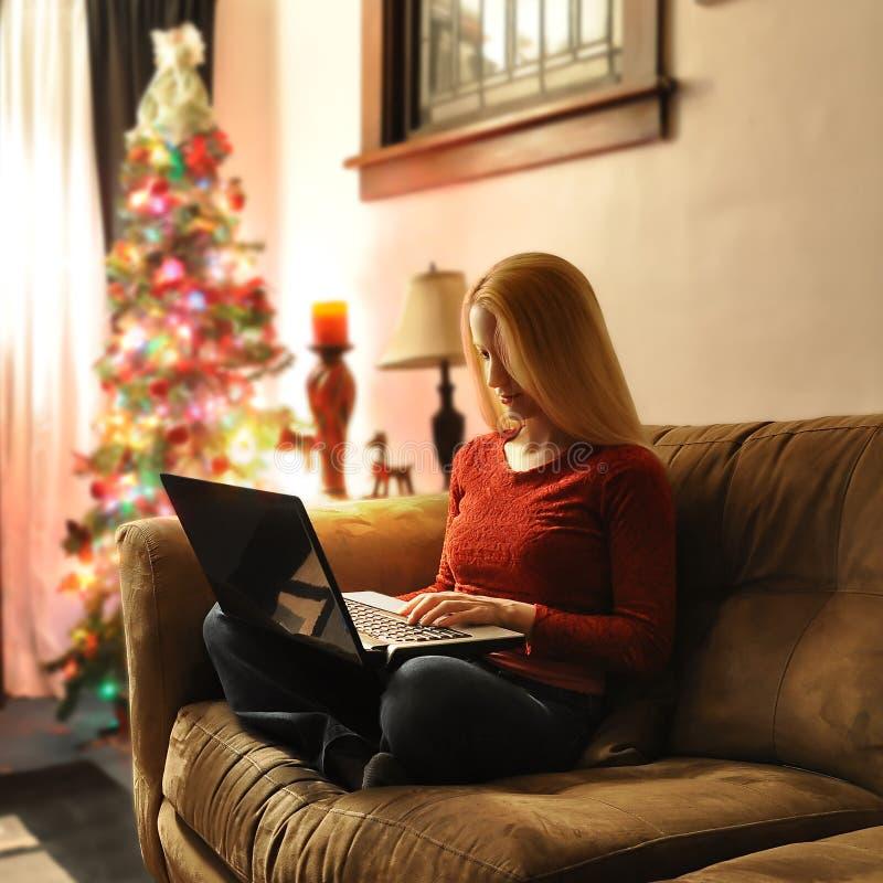 kvinna för julbärbar datorshopping arkivbilder
