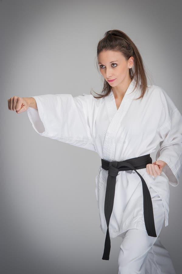 Kvinna för karatenävestansmaskin arkivfoto