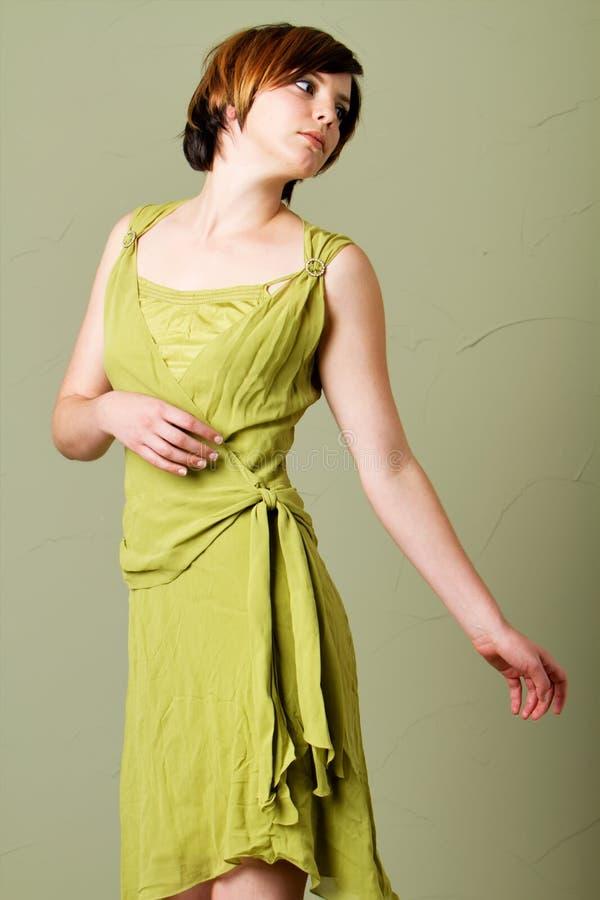 kvinna för klänninghårkortslutning royaltyfri bild