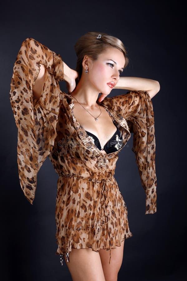kvinna för klänningleopardstil arkivbild