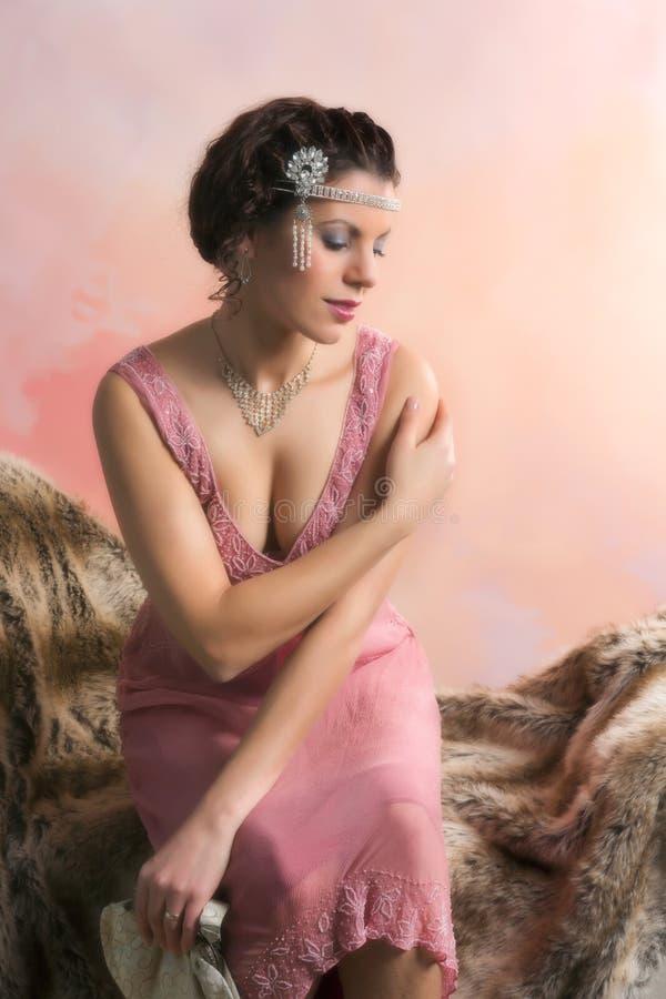 Kvinna för klaffklänningtappning arkivfoto