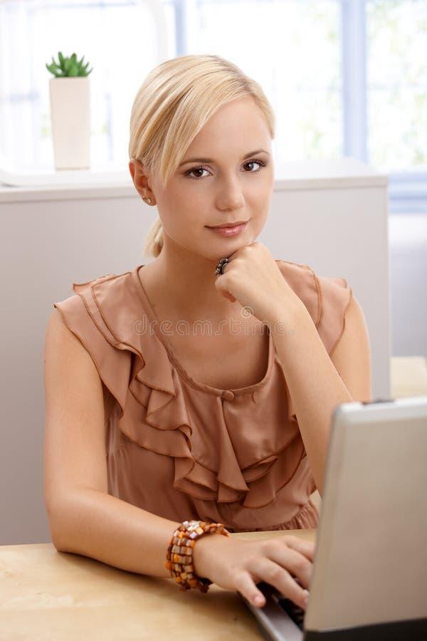 Kvinna för kontorsarbetare med datoren arkivfoto