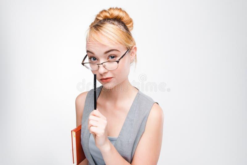 Kvinna för kontorsarbetare som koncentreras på affärsidéer royaltyfri fotografi