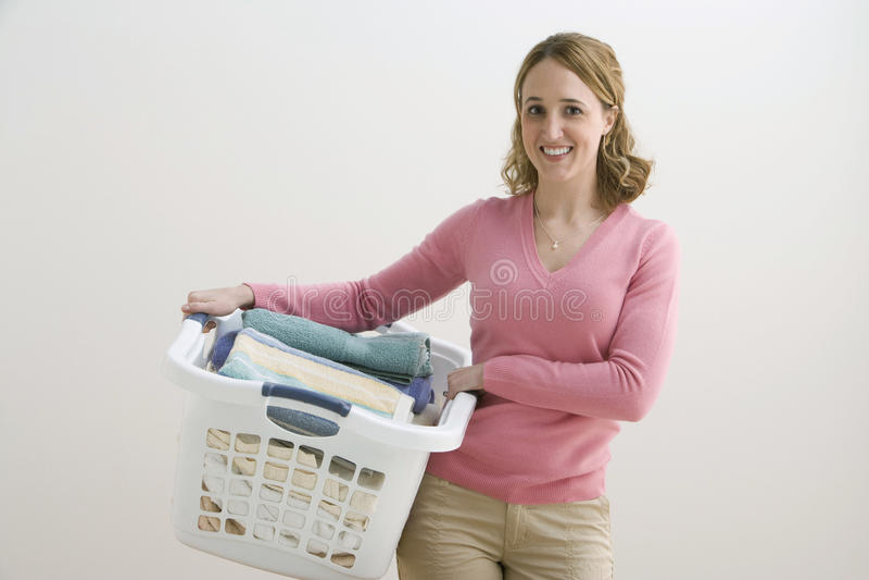 kvinna för korgholdingtvätteri arkivbild