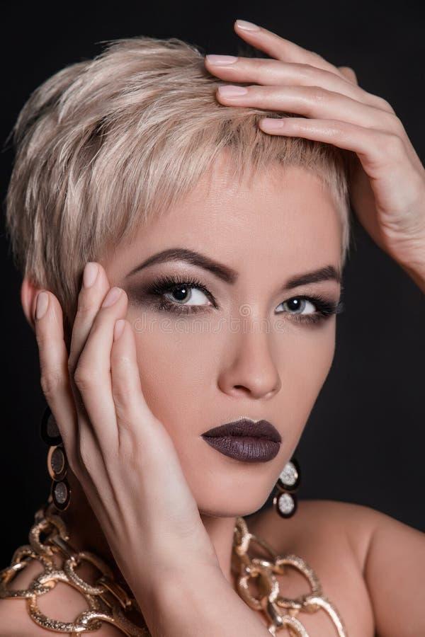 Kvinna för kort hår med smyckentillbehör royaltyfri foto