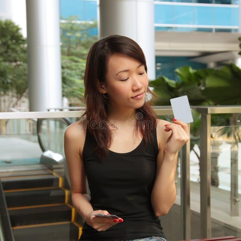 kvinna för kortkrediteringsholding royaltyfri foto