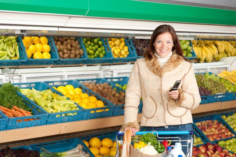 kvinna för lager för mobil telefon för livsmedelsbutik le royaltyfri foto
