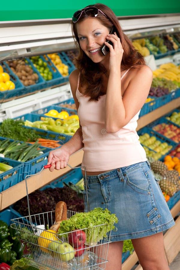 kvinna för lager för mobil telefon för livsmedelsbutik le royaltyfri fotografi