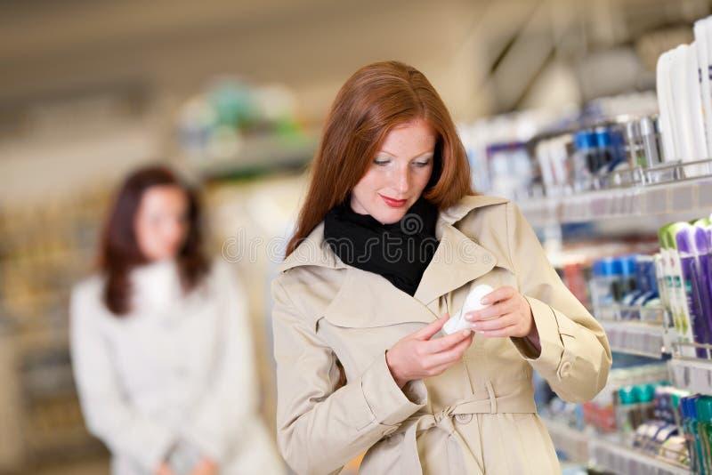 kvinna för lager för shopping för livsmedelsbutikhår röd royaltyfri fotografi