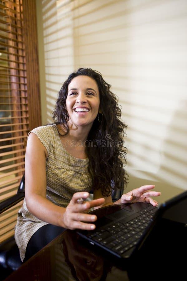 kvinna för latinamerikansk bärbar dator för dator nätt användande royaltyfri bild