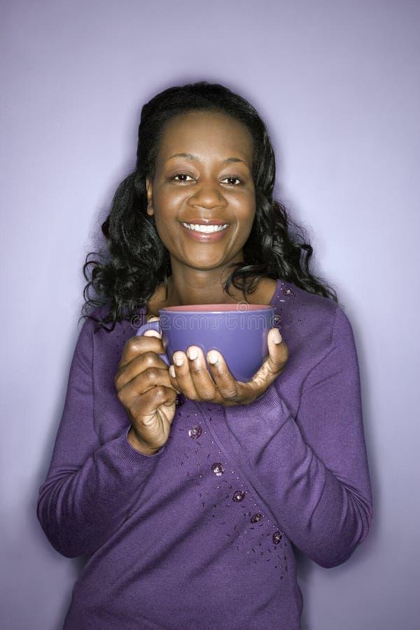 kvinna för latte för afrikansk amerikankoppholding arkivfoto