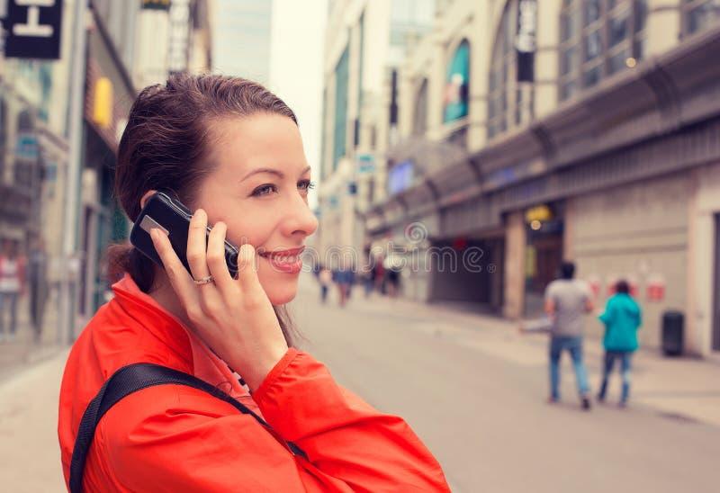 Kvinna för lycklig dam för stående som attraktiv talar på mobil pho arkivfoto