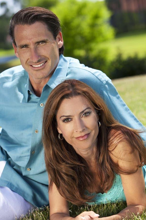 kvinna för lycklig man för par utvändig le fotografering för bildbyråer