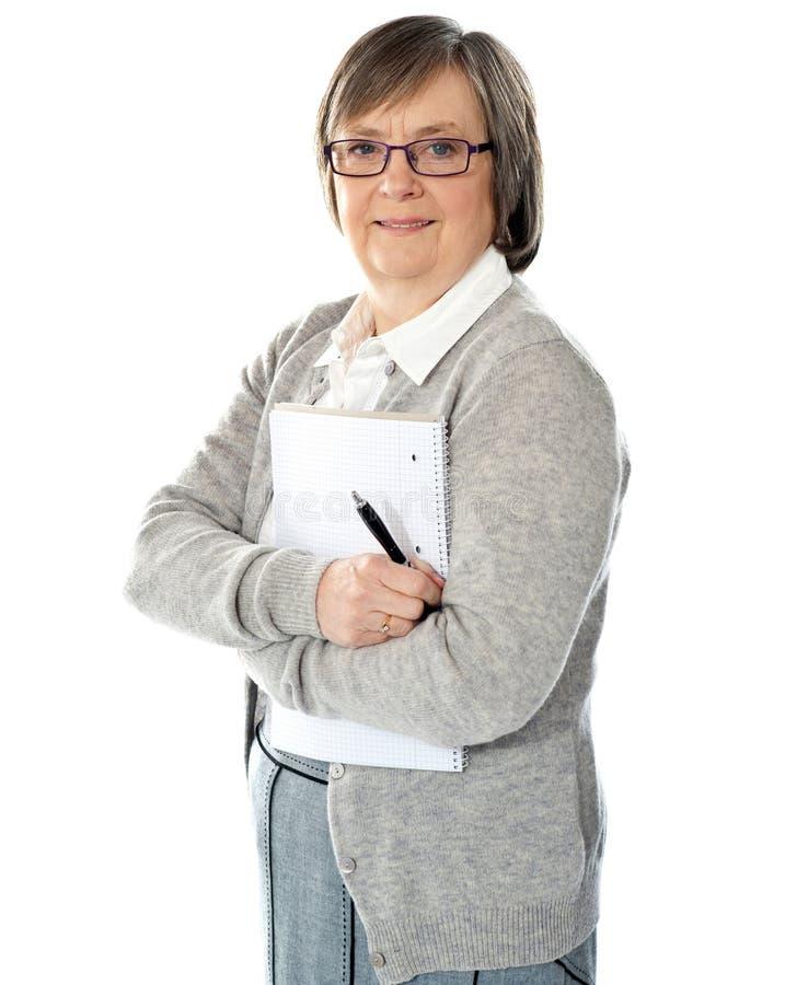 kvinna för mapppennpensionär royaltyfria bilder