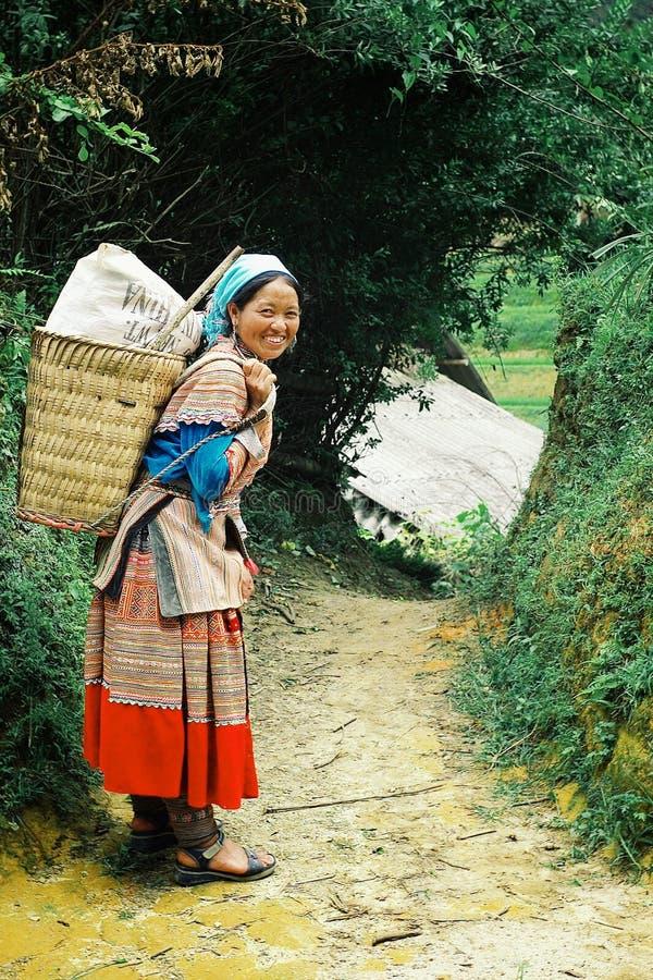 kvinna för medlem för stam för barnblommahmong på väghemmet som är högt upp i bergen royaltyfri foto