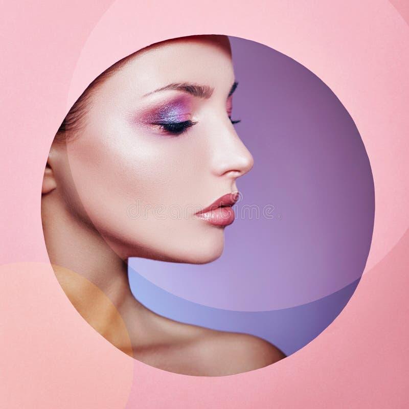 Kvinna för mode för natur för skönhetmakeupskönhetsmedel i en rund hålcirkel i rosa färgpapper, kopieringsutrymmeadvertizing Yrke arkivfoto