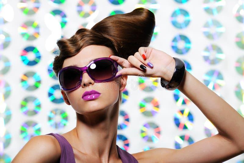kvinna för modefrisyrsolglasögon royaltyfri bild