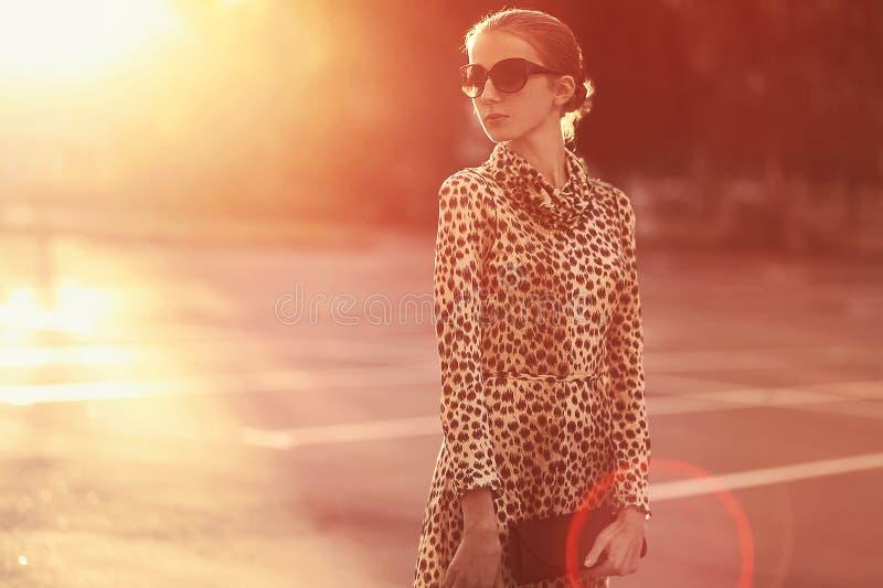 Kvinna för modelivsstilstående i en klänning med leopardtrycket arkivfoto