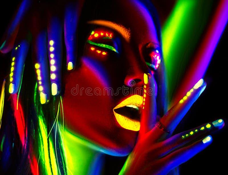 Kvinna för modemodell i neonljus Härlig modellflicka med färgrik fluorescerande makeup arkivfoton