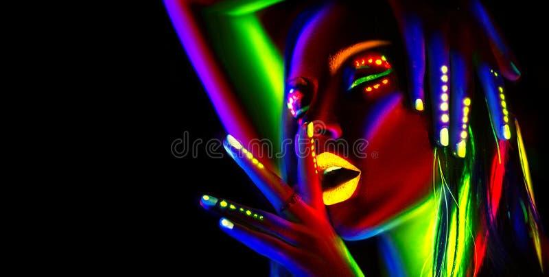 Kvinna för modemodell i neonljus Härlig modellflicka med färgrik fluorescerande makeup royaltyfria bilder