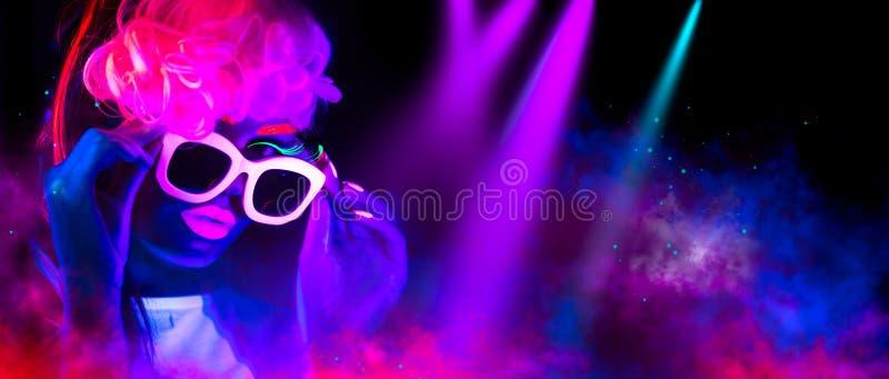 Kvinna för modemodell i neonljus Stående av den härliga modellflickan med färgrik fluorescerande makeup fotografering för bildbyråer
