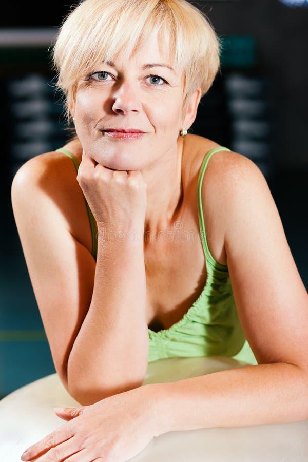 kvinna för pensionär för bollkonditionidrottshall arkivfoto