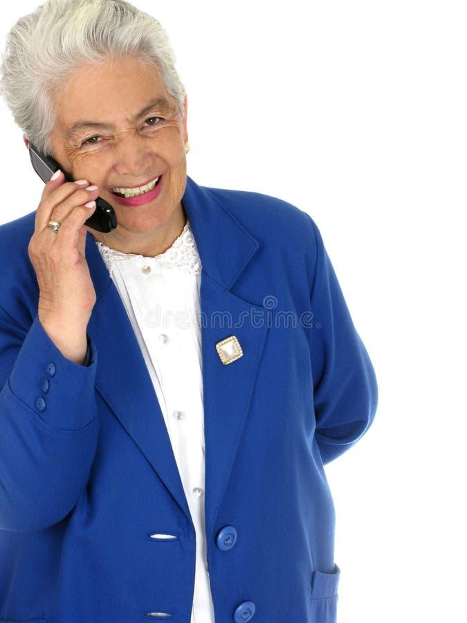 kvinna för pensionär för celltelefon royaltyfri bild