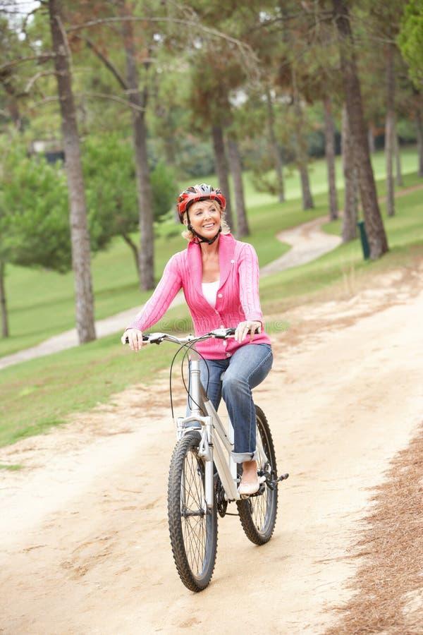 kvinna för pensionär för cykelparkridning royaltyfria foton