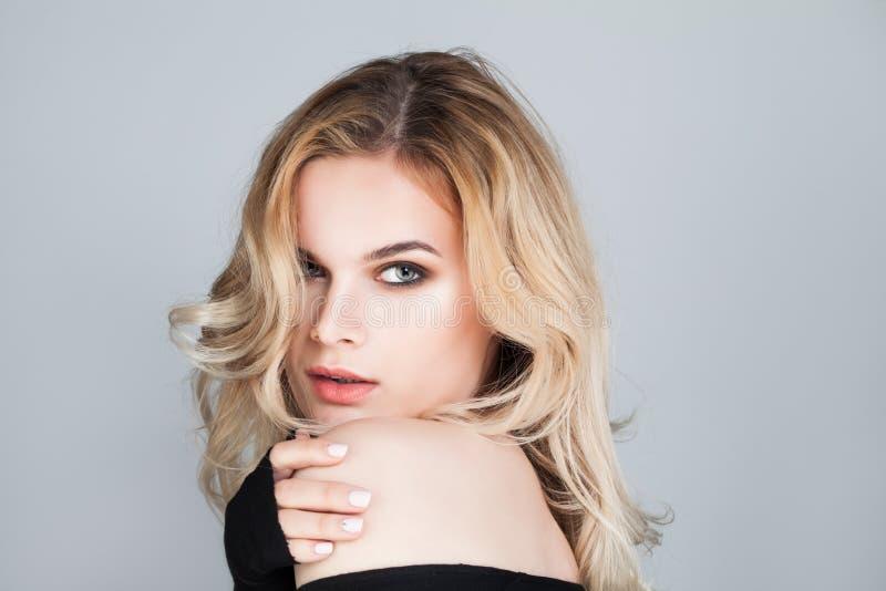 kvinna för rengöringsduk för mall för sida för hälsning för bakgrundskortframsida universal Gullig flicka med blont hår arkivbilder