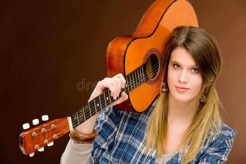 kvinna för rock för musiker för modegitarrholding royaltyfria bilder