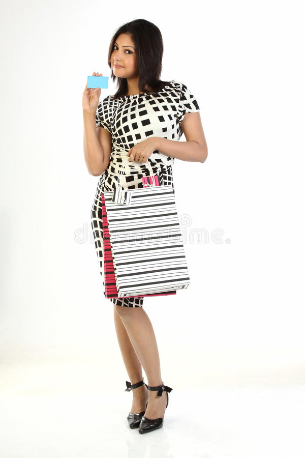 kvinna för shopping för holding för påsekortkreditering arkivbild