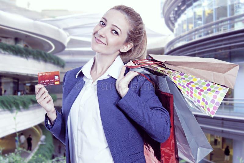 kvinna för shopping för holding för påsekortkreditering royaltyfri foto