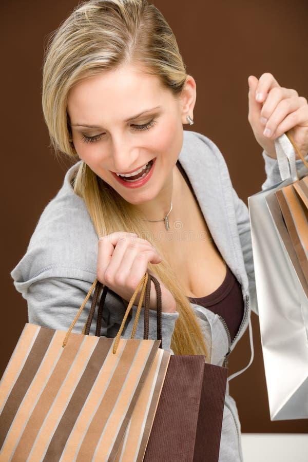 kvinna för shopping för påsemode lycklig royaltyfri bild