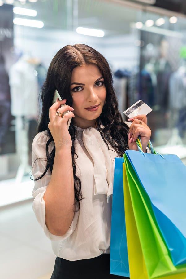kvinna för shopping för påsekortkreditering royaltyfria bilder