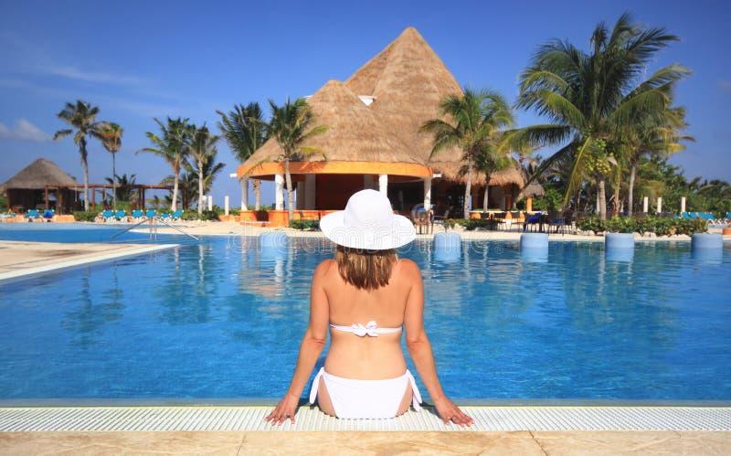 kvinna för simning för semesterort för strandbikinipöl arkivbilder