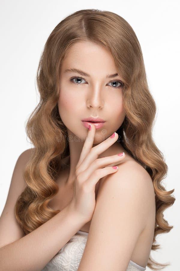 Kvinna för skönhet för Hollywood stil naturlig royaltyfria bilder