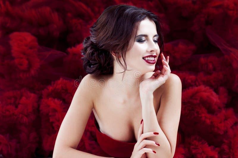 Kvinna för skönhetbrunettmodell i röd klänning för afton arkivbilder