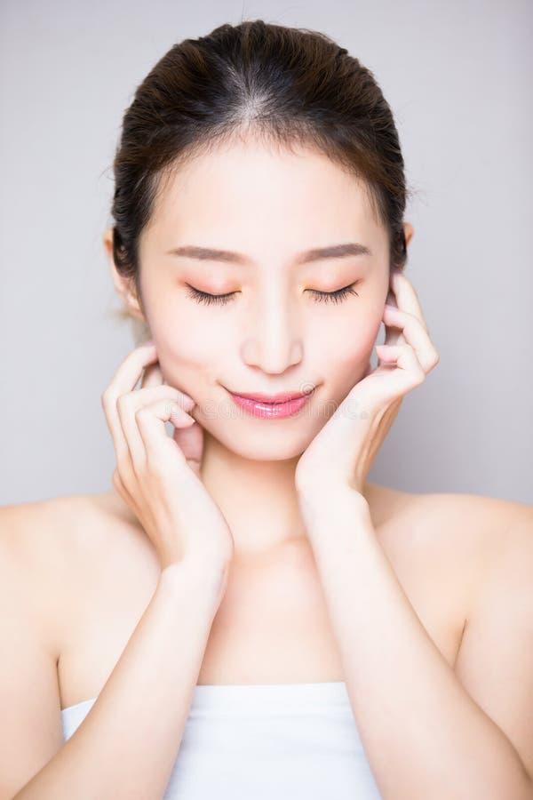 Kvinna för skönhethudomsorg royaltyfria bilder