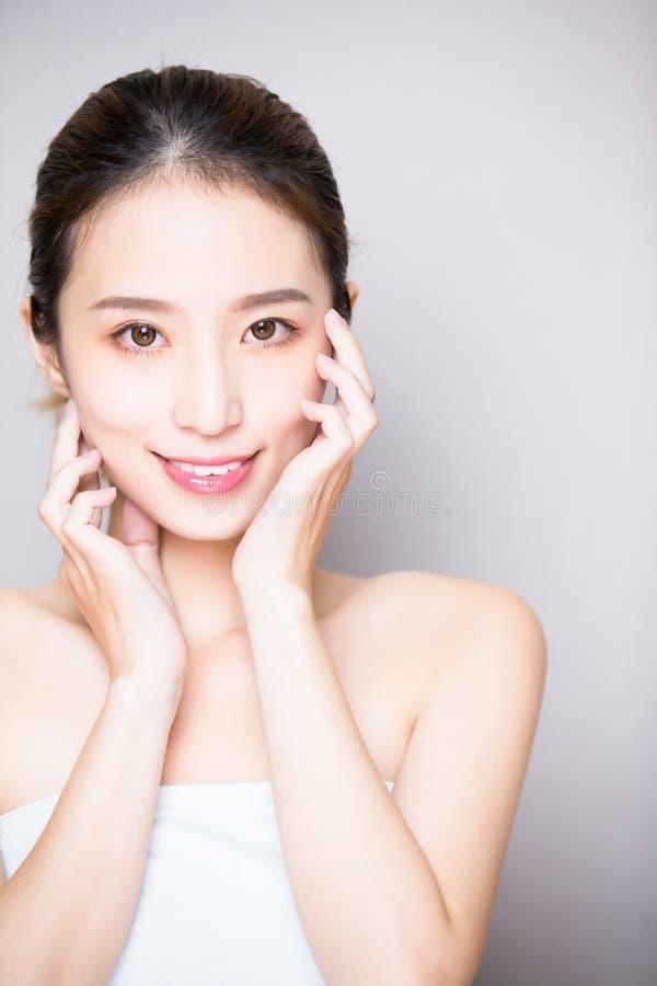 Kvinna för skönhethudomsorg arkivfoton