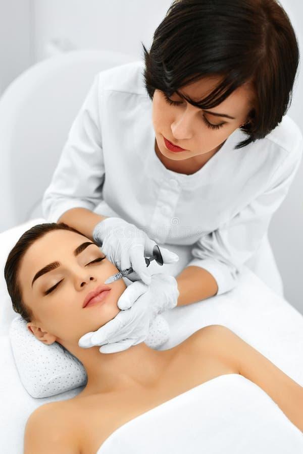 kvinna för smink för skönhetframsidamode mature över plastikkirurgiwhitekvinna Kosmetiska Anti--åldras Injectio arkivfoton