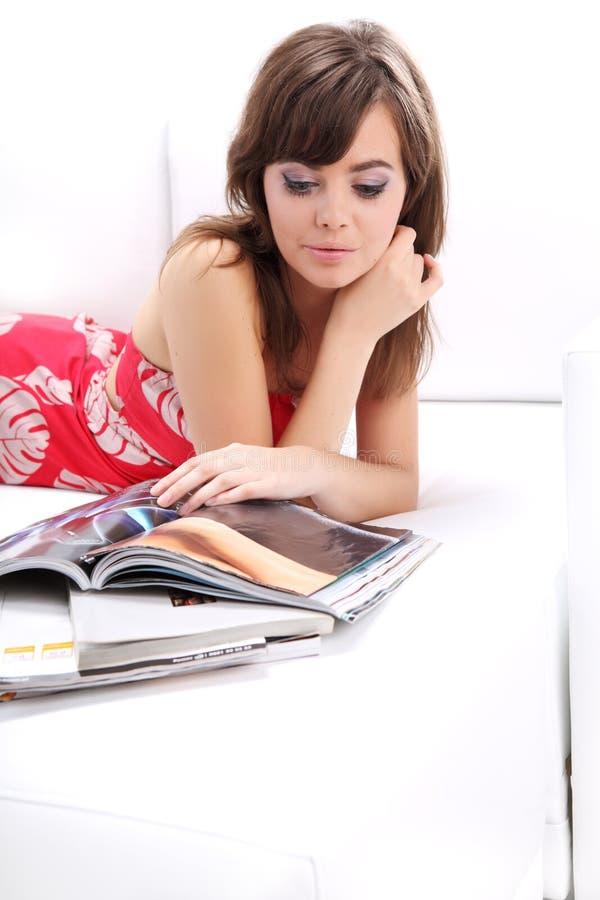 kvinna för sofa för avläsning för modetidskrift fotografering för bildbyråer