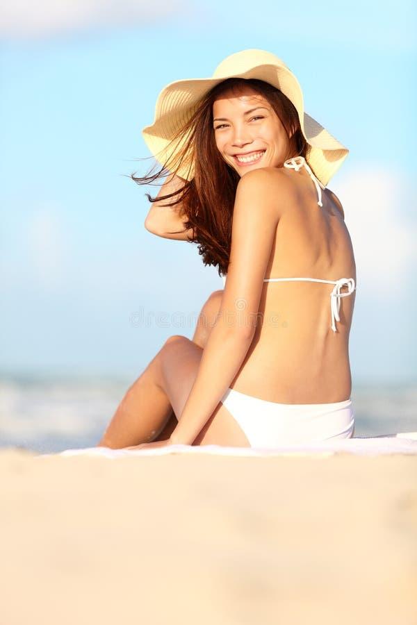 Kvinna för sommarstrandsemester royaltyfria foton