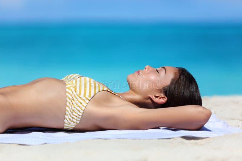 Kvinna för sommarstrandsemester som kopplar av att solbada royaltyfri foto