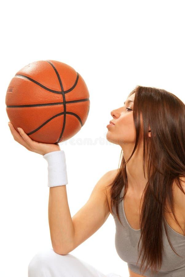 kvinna för spelare för bollbasketbrunett kyssande arkivfoto