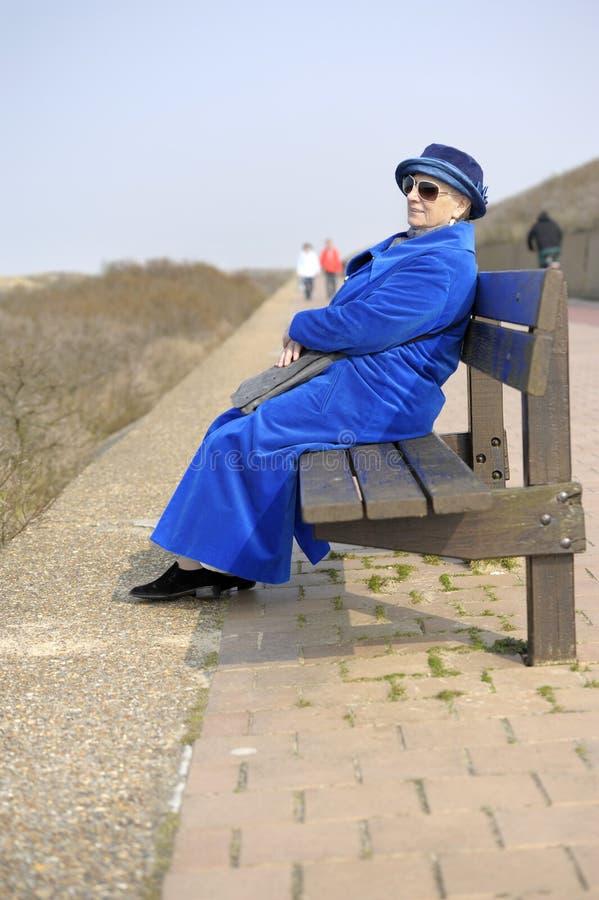 kvinna för strandbänkpensionär fotografering för bildbyråer
