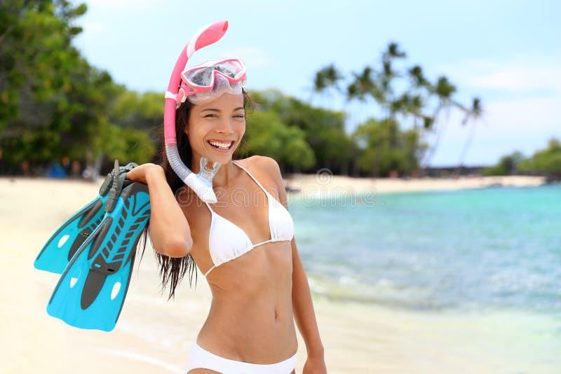 Kvinna för strandsemestersnorkel med maskeringen och fena arkivbild