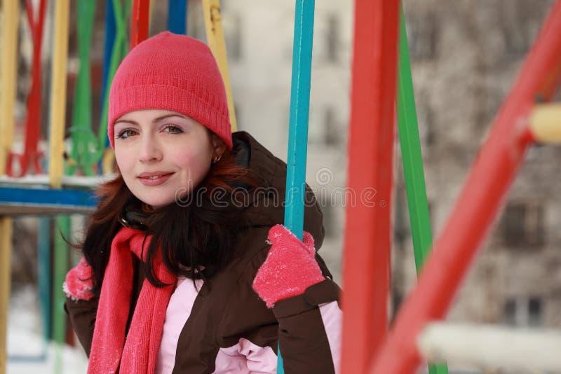 kvinna för swing för hattpink sittande le fotografering för bildbyråer