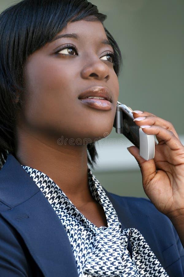 kvinna för telefon för afrikansk amerikancell utomhus fotografering för bildbyråer