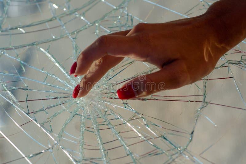 kvinna för touch för härlig klänningpinkstående sinnlig Spika omsorg och spika skydd Röd manicure broken exponeringsglas arkivbilder